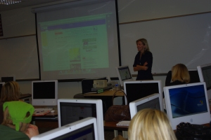 Journalist Sarah Fenske speaks to Paradise Valley Community College magazine writing students.